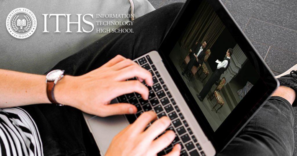 učenik gleda online predstavu